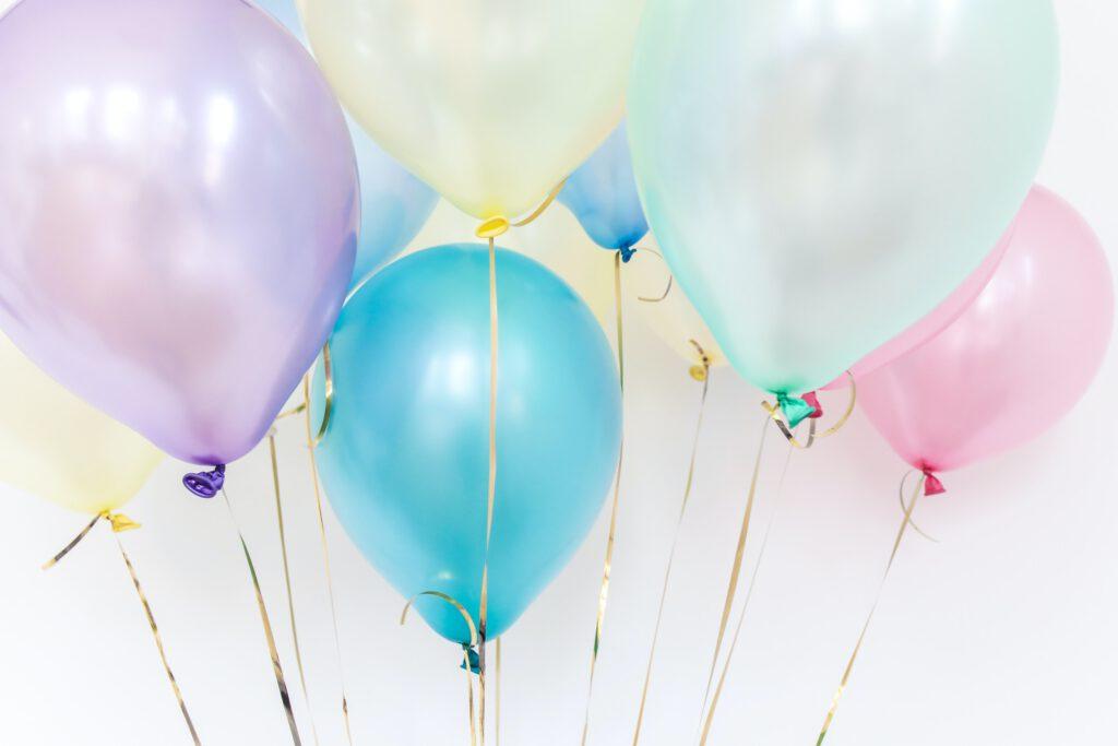 Drobny prezent na urodziny - kolorowe balony unoszą się w powietrzu